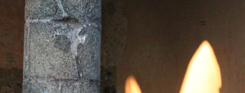 Eine Steinsäule im Hintergrund Schattenwurf der Säule.